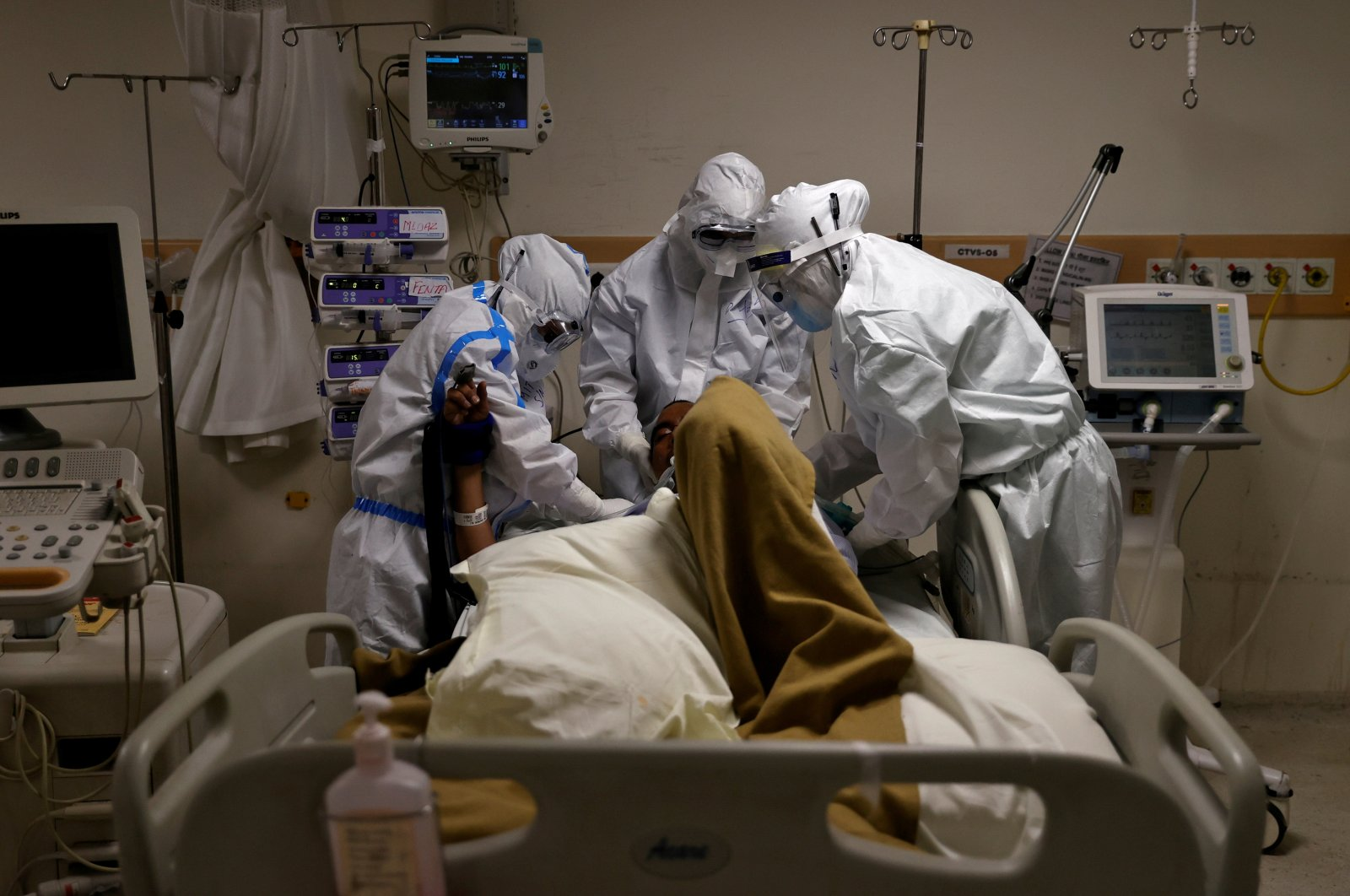 Medical workers wearing personal protective equipment (PPE) take care of a patient suffering from COVID-19 at the Intensive Care Unit (ICU) of the Max Smart Super Speciality Hospital in New Delhi, India, May 28, 2020. (Reuters Photo)