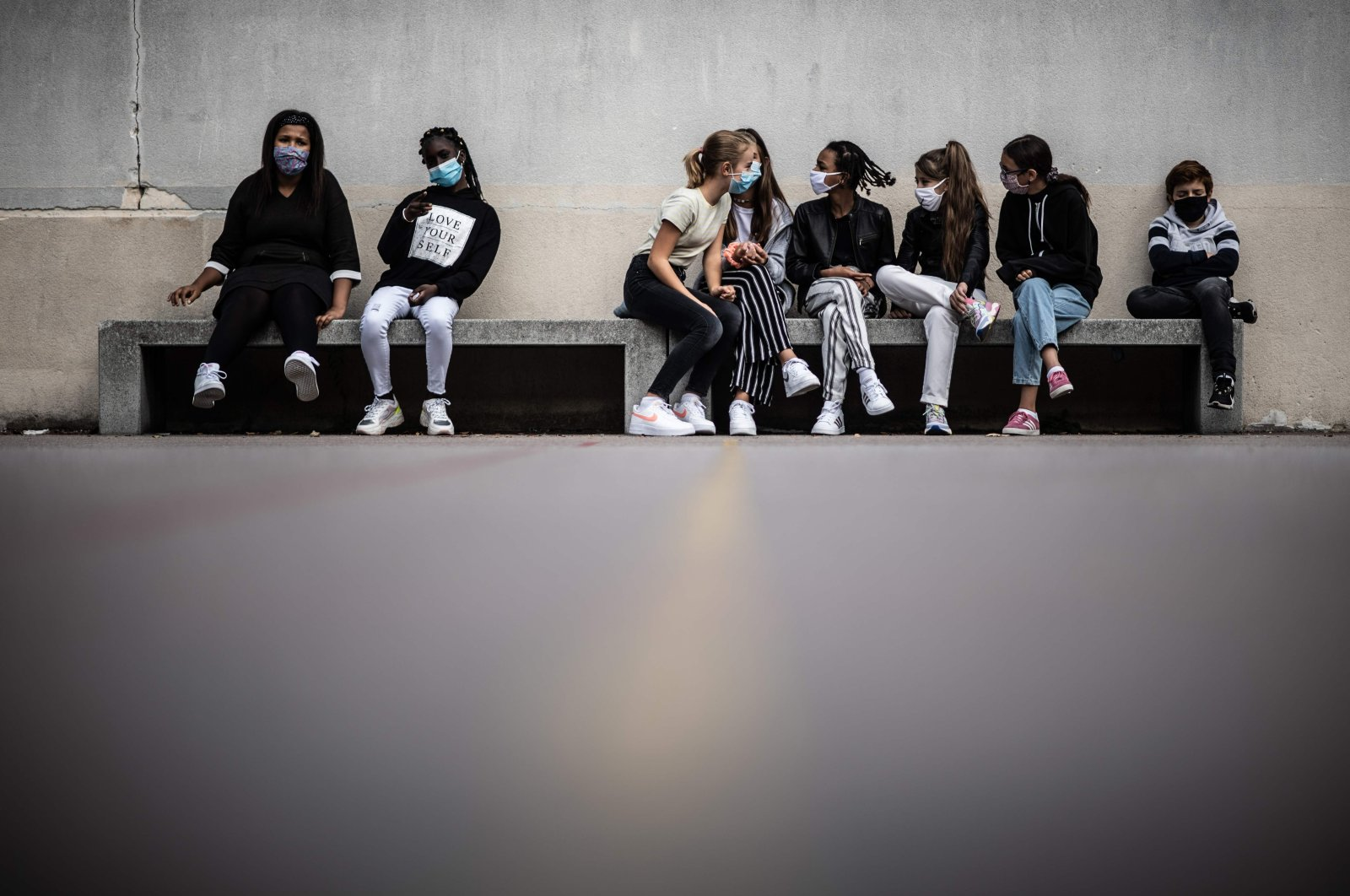 Pupils wearing protective masks sit in the courtyard at a middle school in Vincennes, France, Sept. 1, 2020. (AFP Photo)