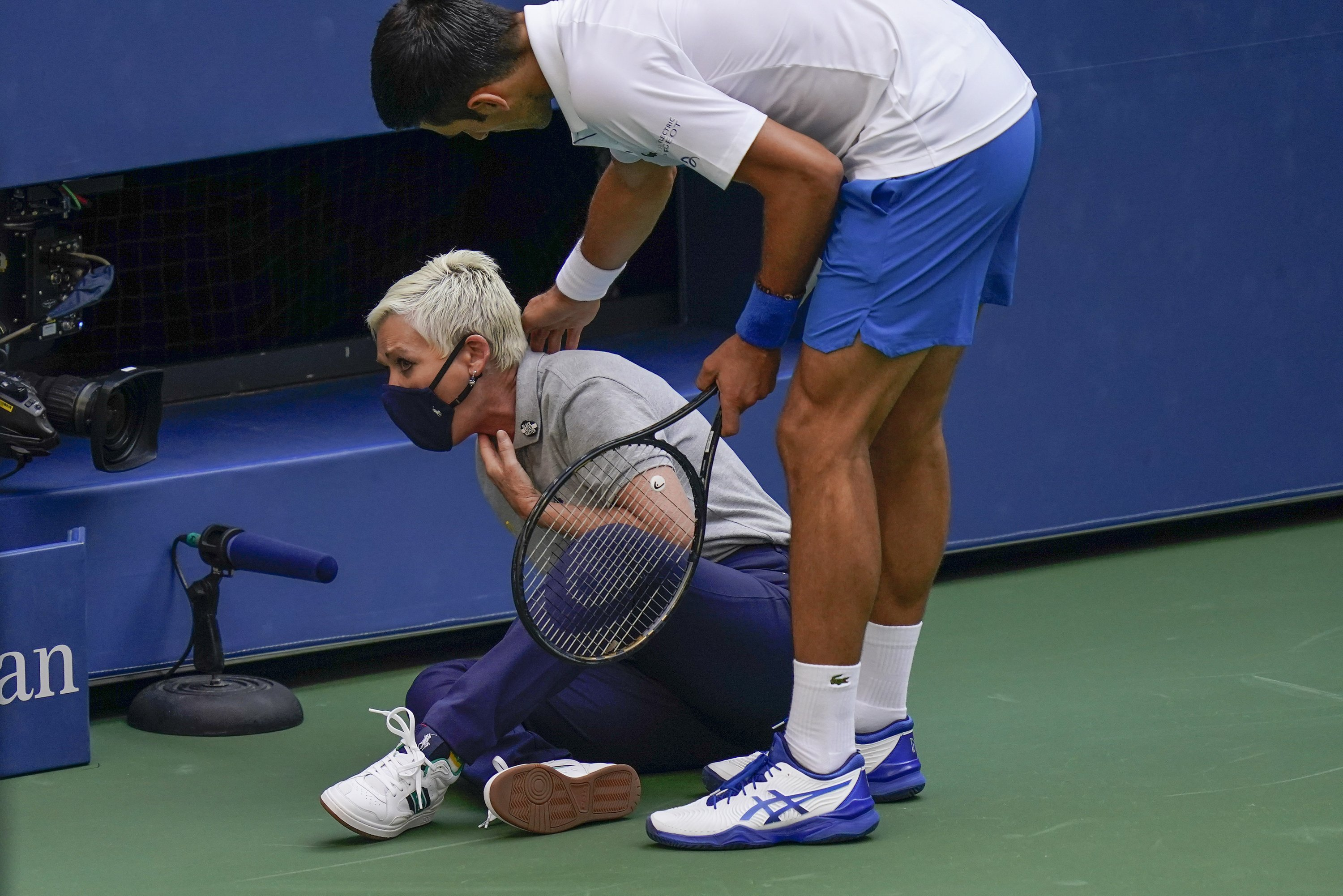 Djokovic Disqualified From Us Open After Hitting Line Judge With Ball Daily Sabah