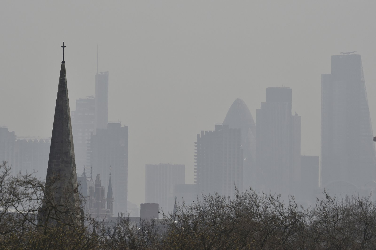 The City of London's financial district is seen from Primrose Hill as high air pollution obscures the skyline over London, April 10, 2015. (Reuters Photo)