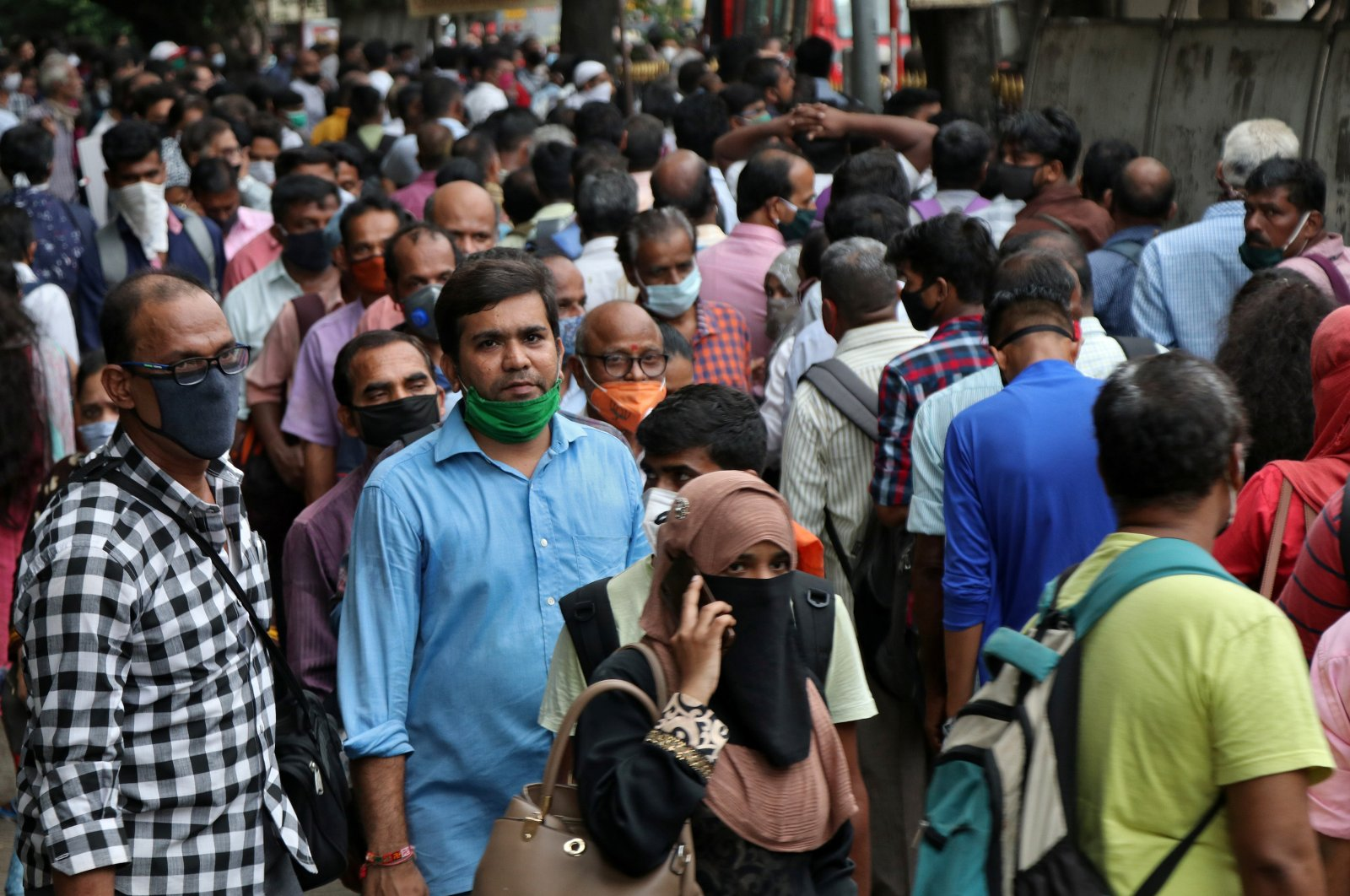 People wait to board passenger buses during rush hour at a bus terminal, amidst the coronavirus disease (COVID-19) outbreak, in Mumbai, India, Sept. 9, 2020. (Reuters Photo)