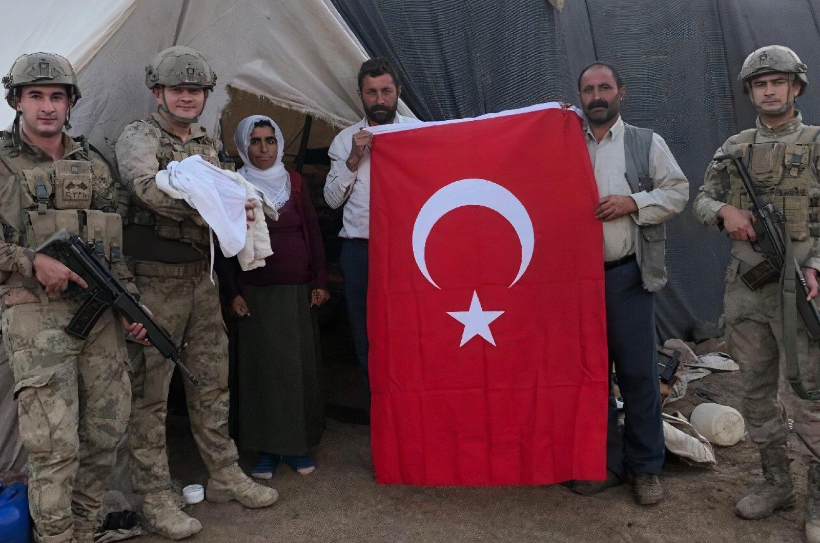 Soldiers pose with Rizkiye Imac, her newborn and other family members in Şırnak, southeastern Turkey, Sept. 10, 2020. (AA Photo)