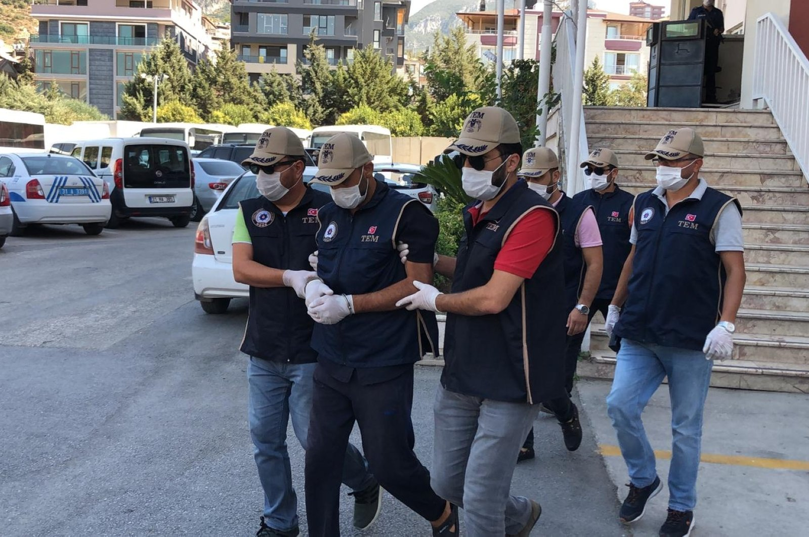 Ercan Bayat, in handcuffs, is escorted to the courthouse in Hatay's Reyhanlı, Sept. 10, 2020 (DHA Photo)