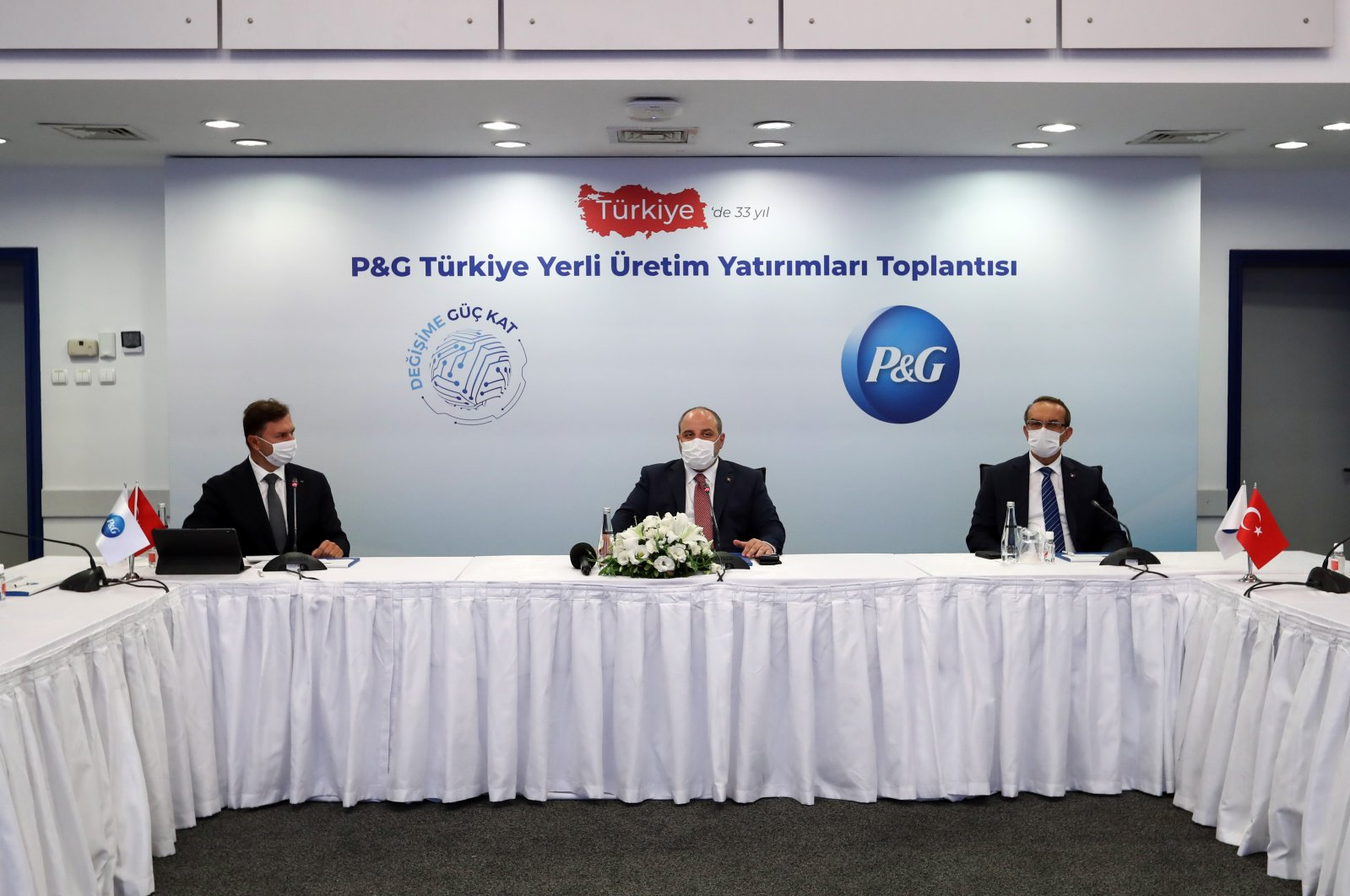 Industry and Technology Minister Mustafa Varank (C) during a meeting at P&G's plant in Turkey's northwestern Kocaeli province, Sept. 11, 2020. (AA Photo)