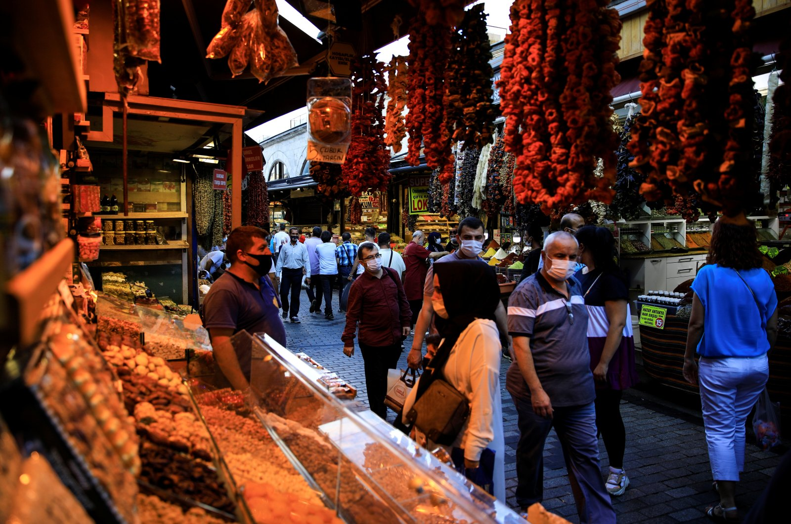 People shop at the Spice Market also known as the Egyptian Bazaar as the outbreak of the coronavirus (COVID-19) continues, in Istanbul, Turkey September 9, 2020. (Reuters Photo)