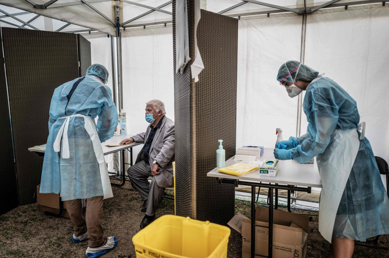 Medical staff with protective gear conduct tests for COVID-19, Venissieux, eastern France, Sept. 11, 2020. (AFP Photo)