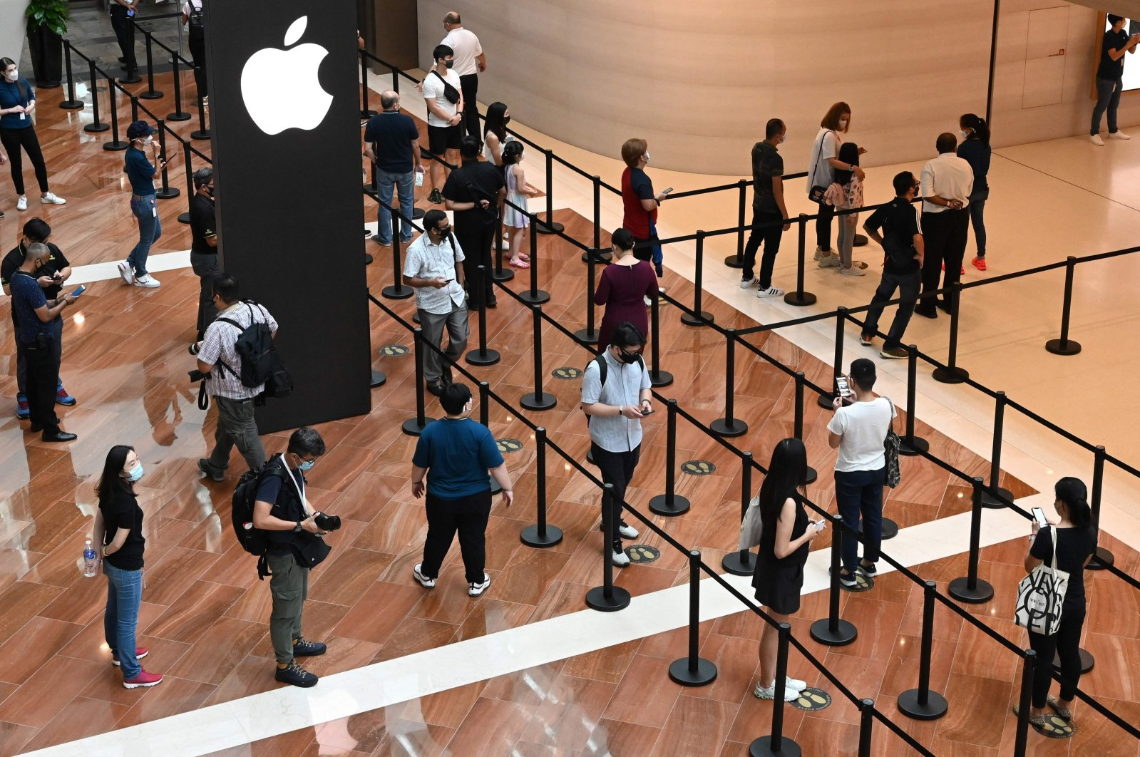 People queue to enter Apple's third retail store at Marina Bay Sands shop in Singapore, Sept. 10, 2020. (AFP Photo)