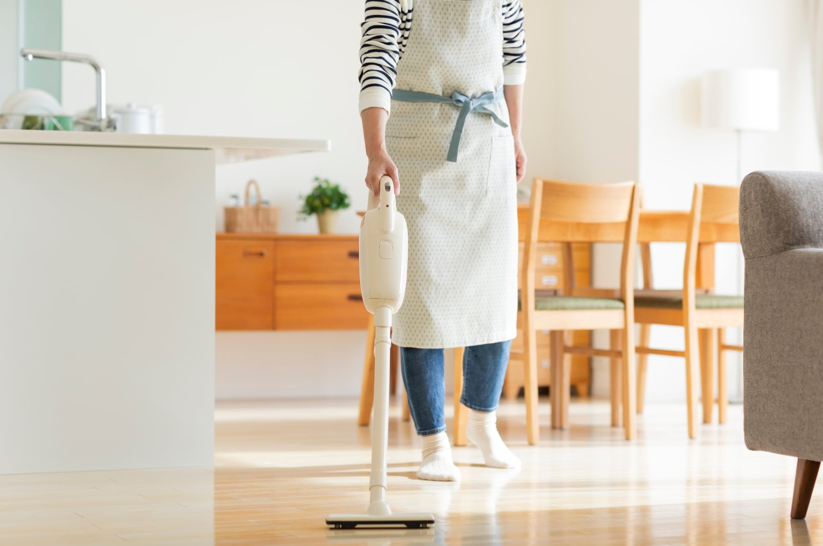 Before you go out buying a cordless vacuum cleaner, make sure to give it a test run, if you can. (Shutterstock Photo)