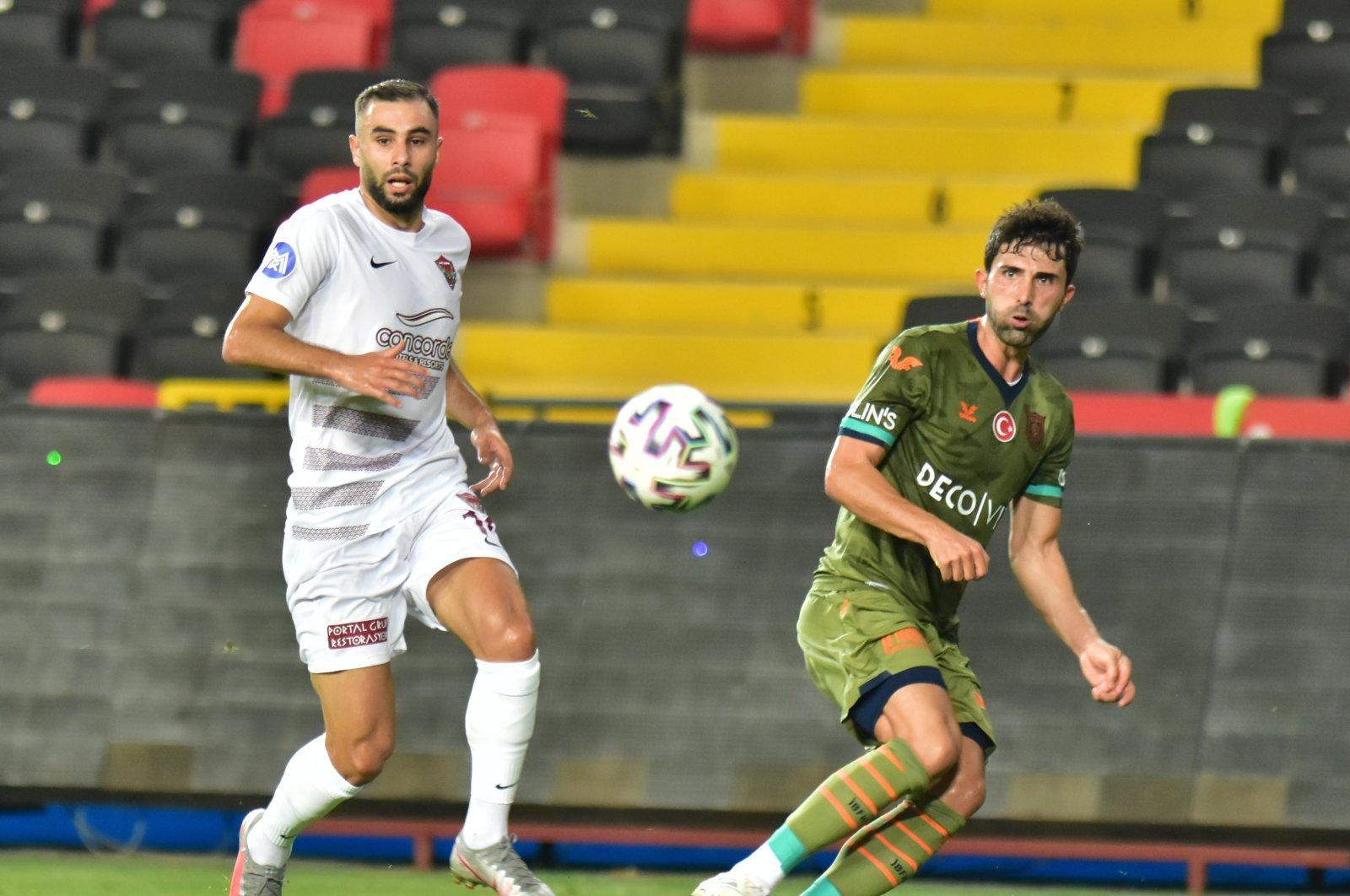 Hatayspor's Selim Ilgaz (L) and Başakşehir's Hasan Ali Kaldırım vie for the ball during a Süper Lig match in Hatay, Turkey, Sept. 14, 2020. (AA Photo)