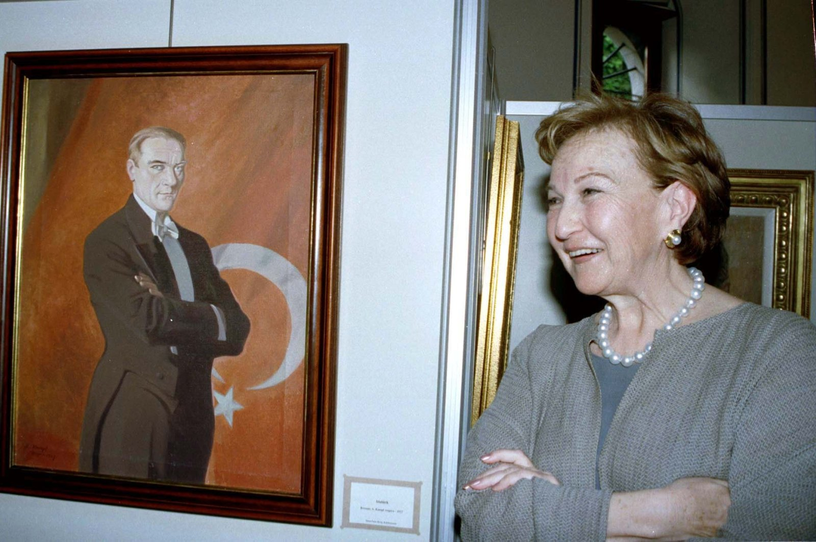 Suna Kıraç poses during an exhibition, in Antalya, southern Turkey, May 19, 1999. (AA Photo)
