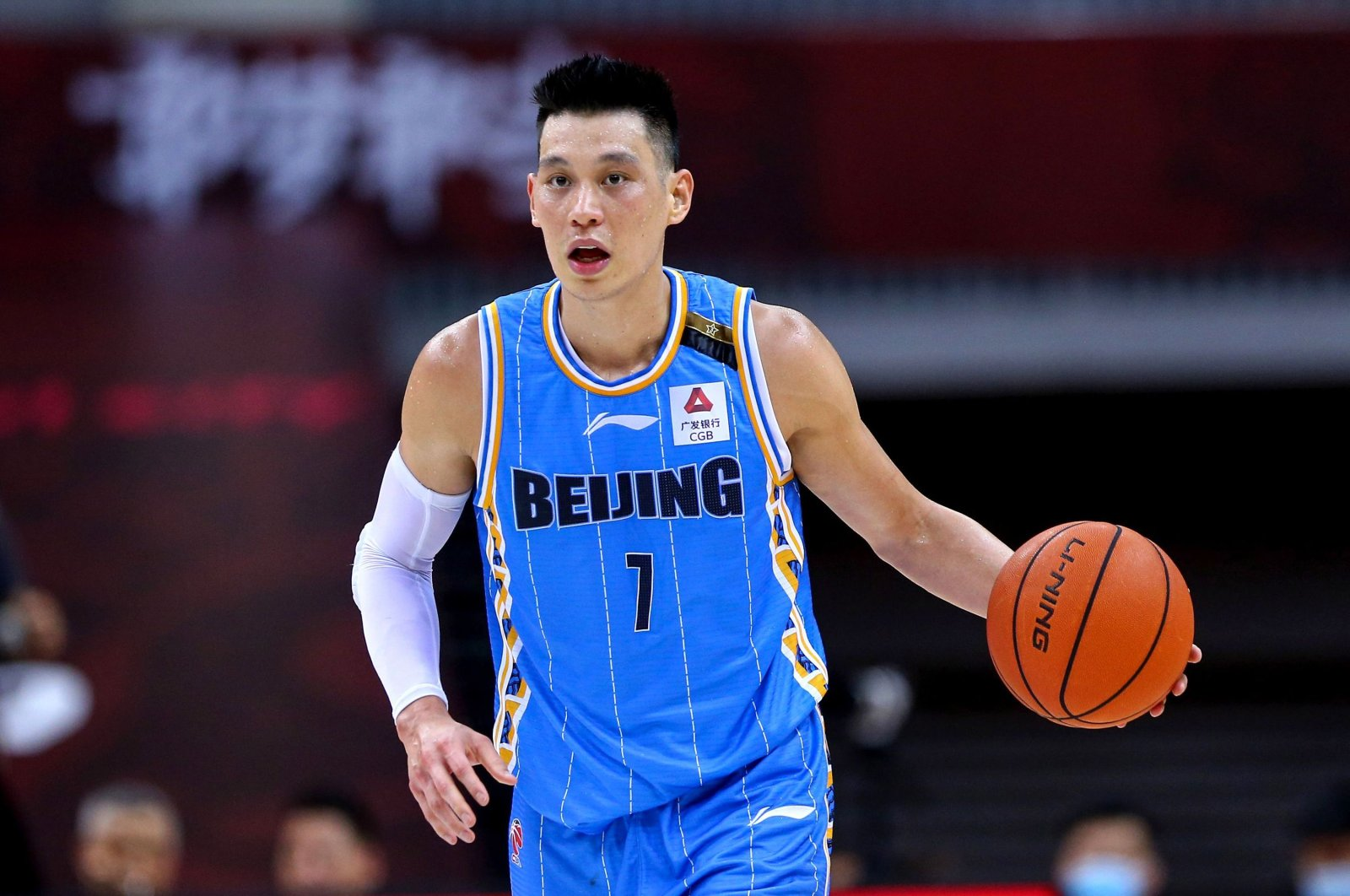 Beijing Ducks' Jeremy Lin driving the ball during a CBA match against Guangdong Southern Tigers in Qingdao, China, Aug. 4, 2020. (AFP Photo)