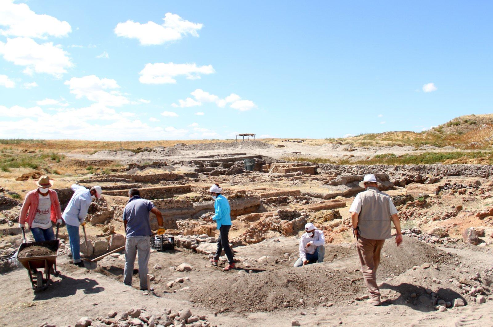 Archaeologists work at the Kültepe archaeological site, Kayseri, central Turkey, Sept. 14, 2020. (AA Photo)