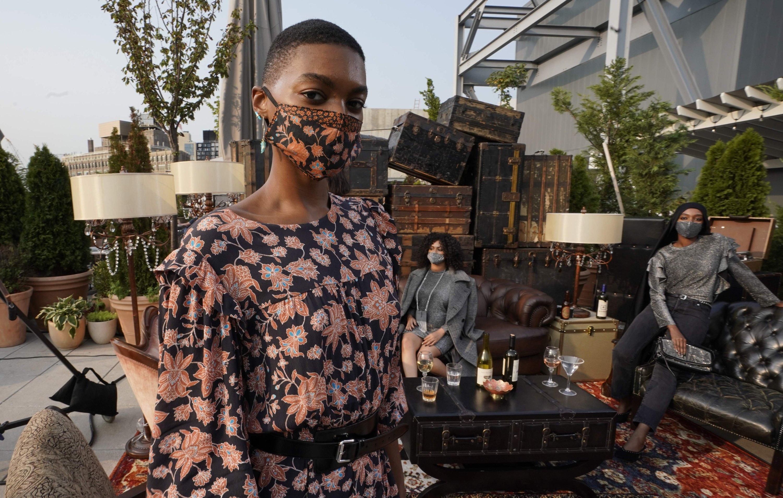 模特在2020年9月15日在纽约Spring Studios的Rebecca Minkoff纽约时装周(NYFW)演讲中呈现不同的外观。 (法新社照片)