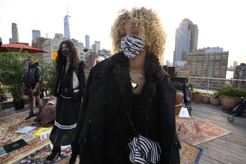 模特在2020年9月15日在纽约Spring Studios的丽贝卡·明可夫(Rebecca Minkoff)纽约时装周(NYFW)演讲中呈现不同的外观。 (法新社照片)