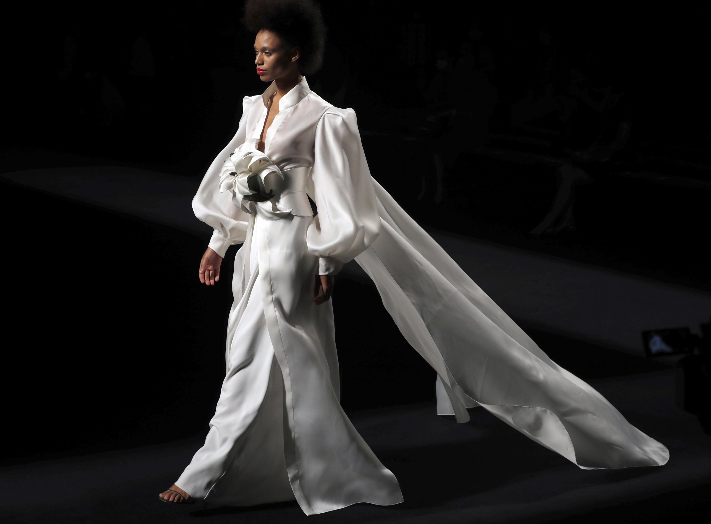 模特展示了西班牙设计师Marcos Luengo在2020年9月11日在西班牙马德里举行的马德里梅赛德斯·奔驰时装周期间创作的2021年春夏系列。(EPA / JJ Guillen)