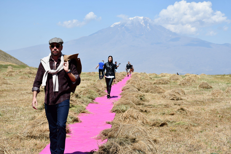 模特们在阿拉斯拉特山(Mount Ararat)的2020-21秋冬系列Dosso Dossi时装秀的粉红色跑道上行走。 (AA照片)