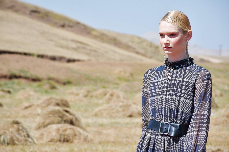 2020-21秋冬系列的Dosso Dossi时装秀上的模特展示了格子创造物。 (AA照片)