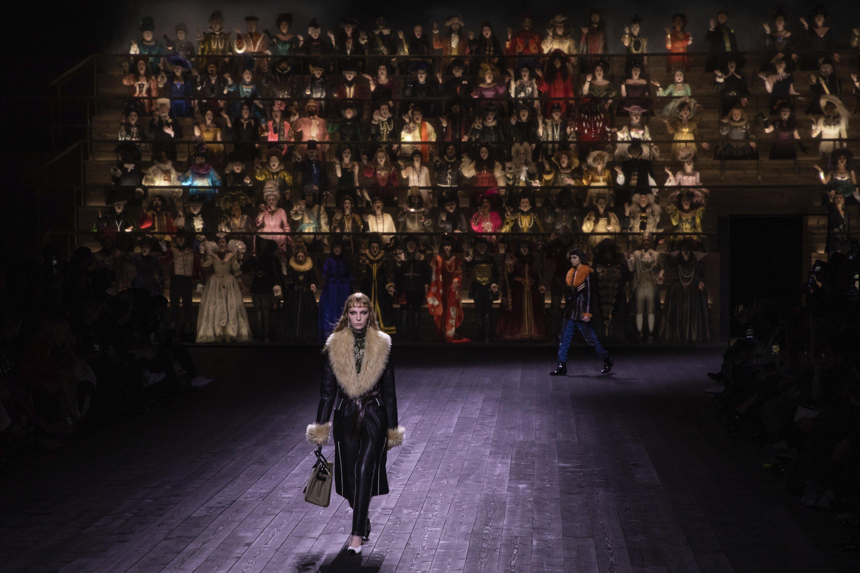 2020年3月3日,星期二,在巴黎举行的2020/21秋冬女性时装周上,一位模特穿着路易威登时装系列的作品。(摄影:Vianney Le Caer / Invision / AP)