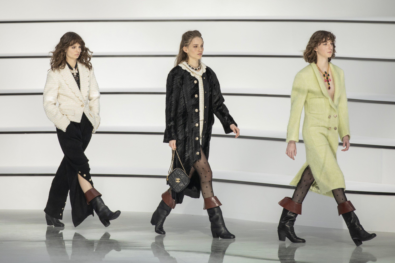 2020年3月3日,星期二,在巴黎举行的2020/21秋冬女士时装周期间,香奈儿(Chanel)时装系列的模特穿着作品。(摄影:Vianney Le Caer / Invision / AP)