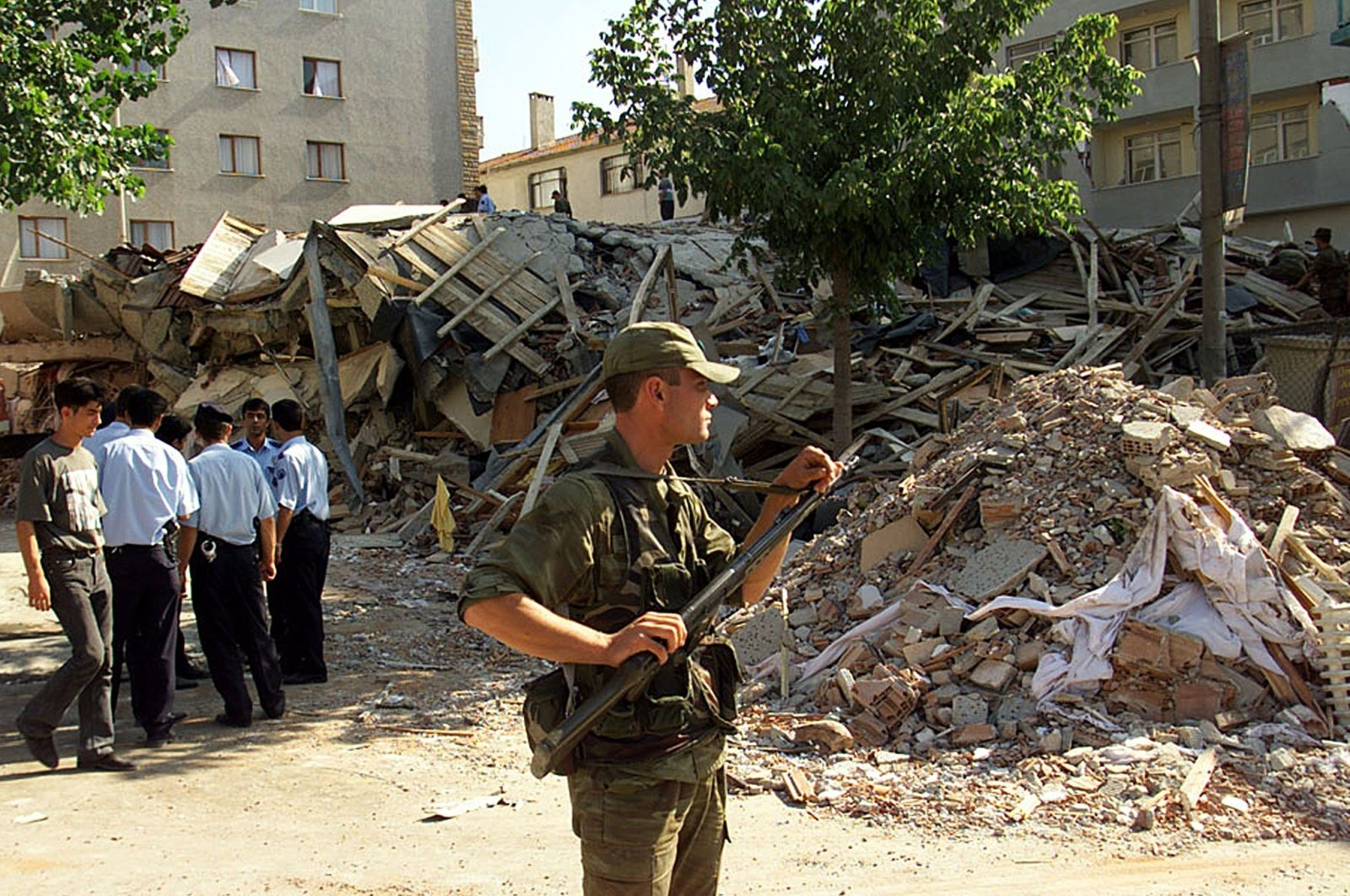 Turkish gendarme stands guard in front of rubble after an earthquake in the Avcılar district in Istanbul, Turkey, Aug. 18, 1999. (REUTERS Photo)