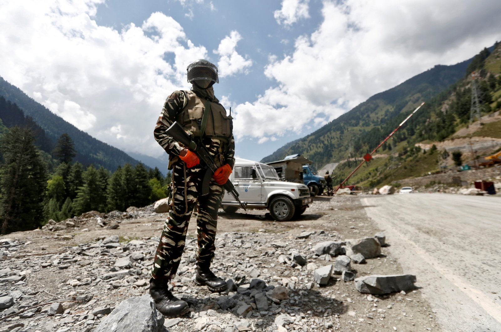 A member of the Indian Central Reserve Police Force (CRPF) stands guard at a checkpoint along a highway leading to Ladakh, at Gagangeer in Kashmir's Ganderbal district, Sept. 2, 2020. (REUTERS)