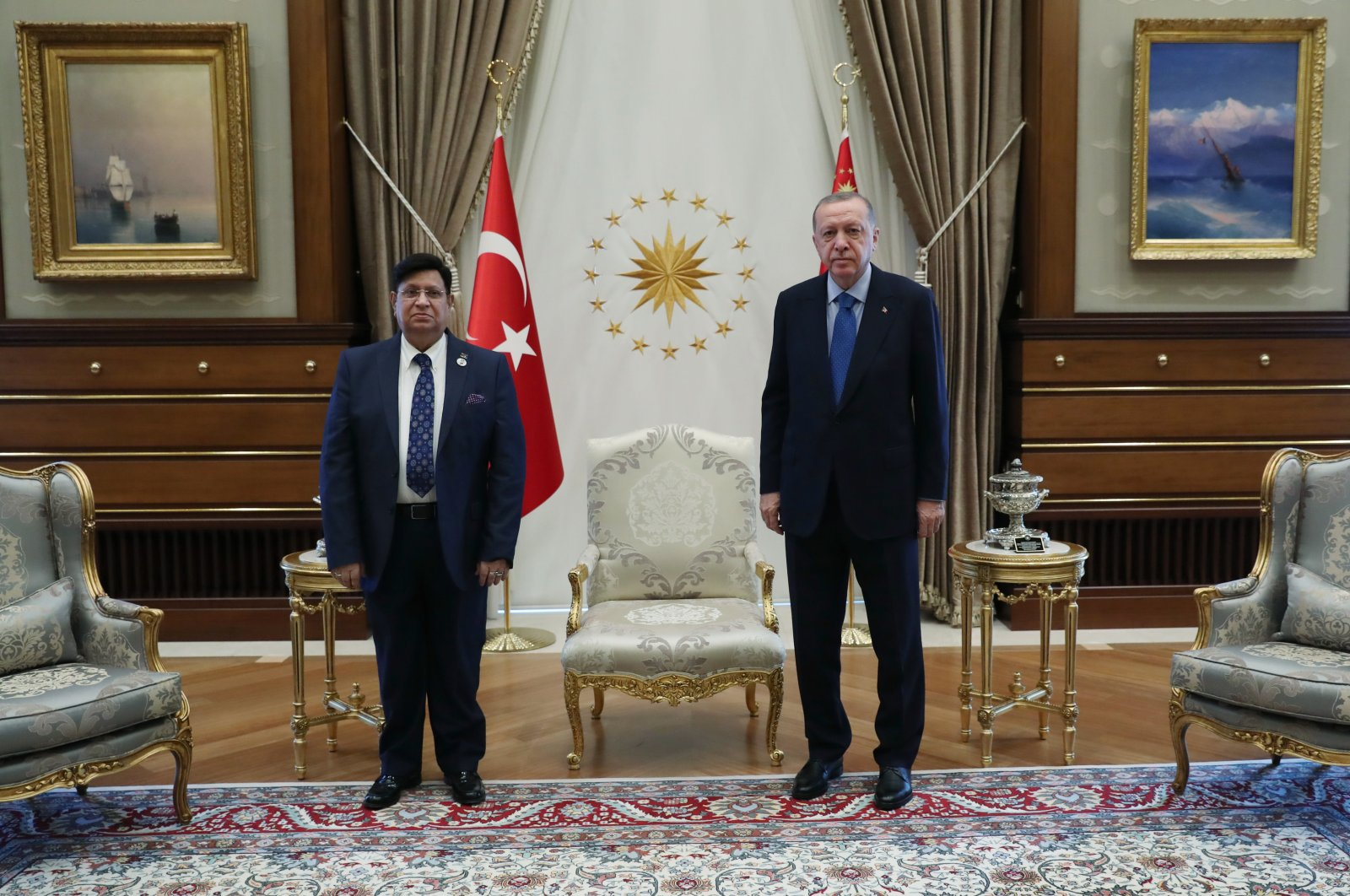 Bangladeshi Foreign Minister A.K. Abdul Momen (L) and President Recep Tayyip Erdoğan pose for a picture at the Presidential Complex in Ankara, Turkey, Sept. 17, 2020. (AA Photo)