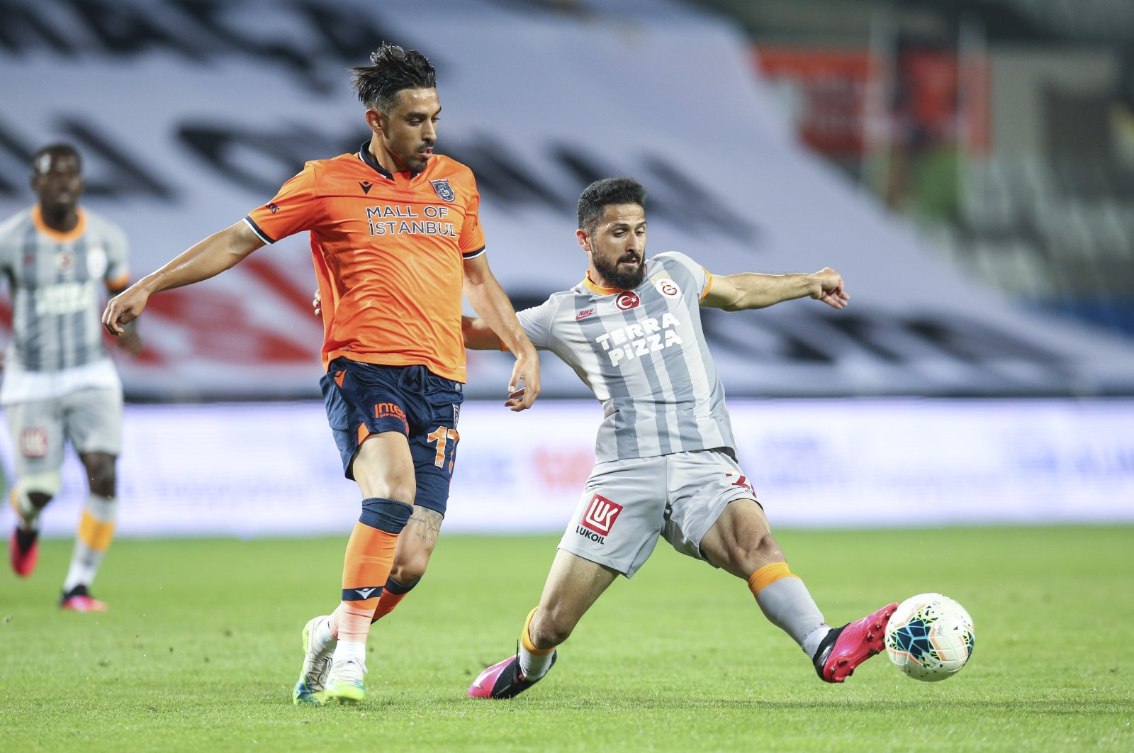 Başakşehir's Irfan Can Kahveci (L) and Galatasaray's Emre Akbaba compete for the ball during a Süper Lig match in Istanbul, Turkey, June 28, 2020. (AA Photo)