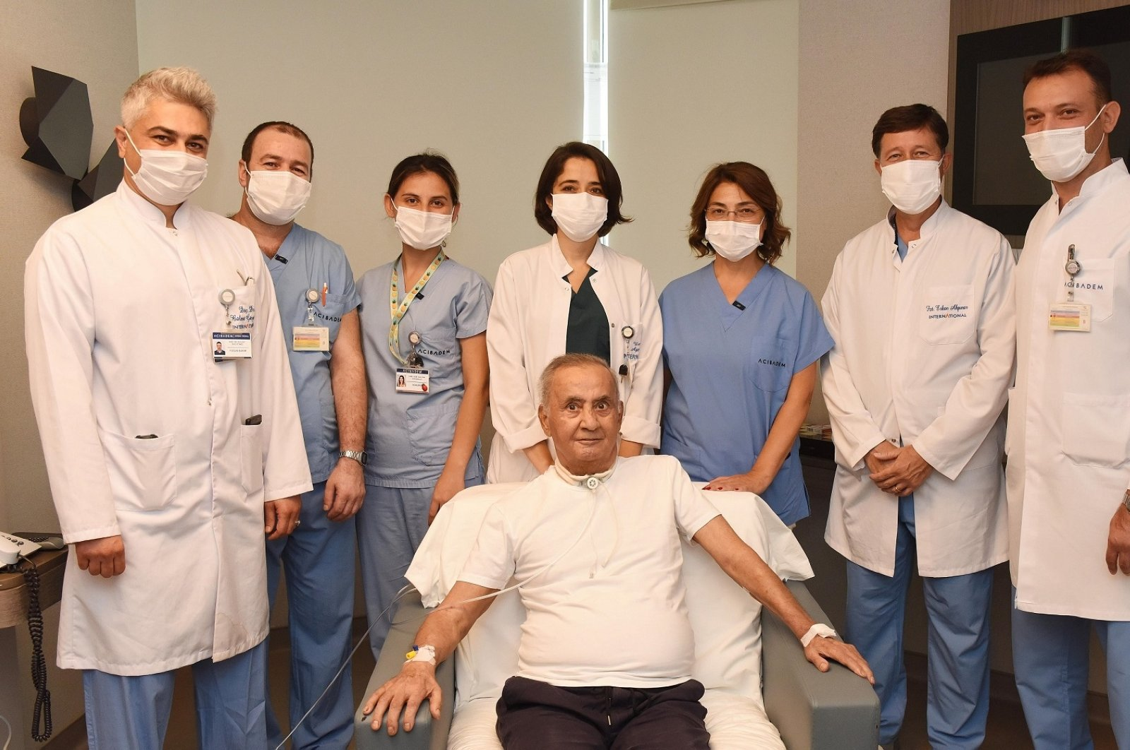 Oğuz Peker (C) poses with doctors and nurses who helped him recover from COVID-19, in Istanbul, Turkey, Sept. 17, 2020. (DHA Photo)
