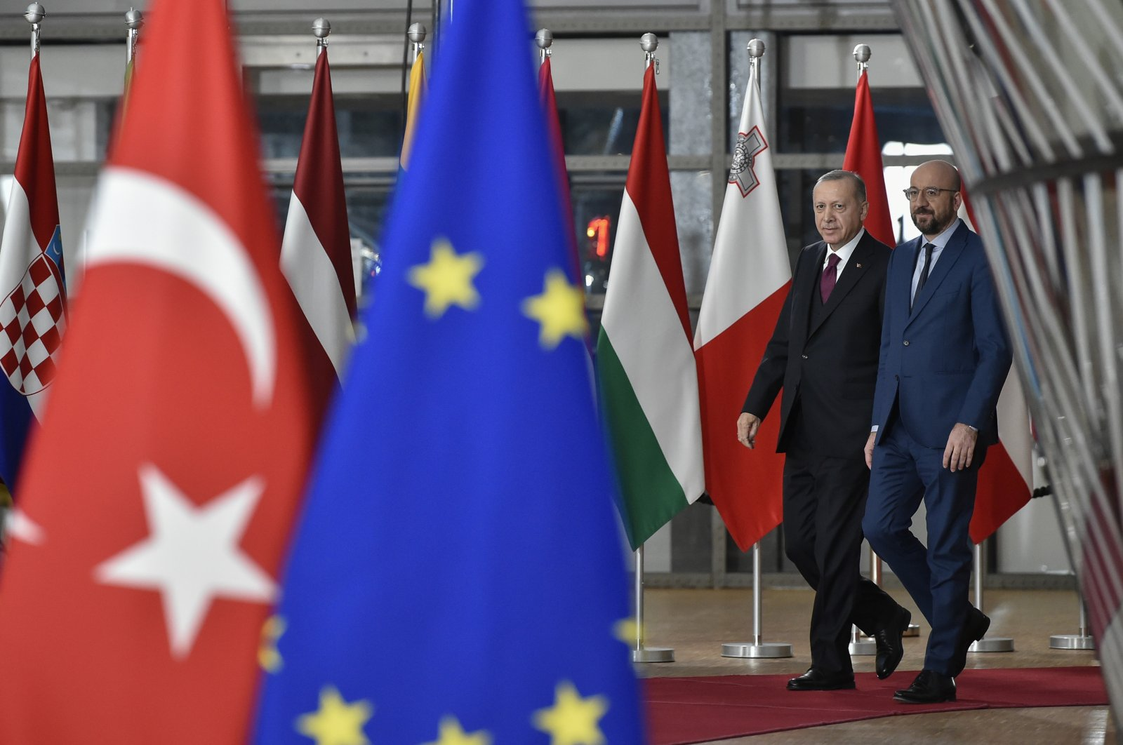 President Recep Tayyip Erdoğan (L) walks with European Council President Charles Michel as he arrives at the European Council building in Brussels, March 9, 2020. (AP)