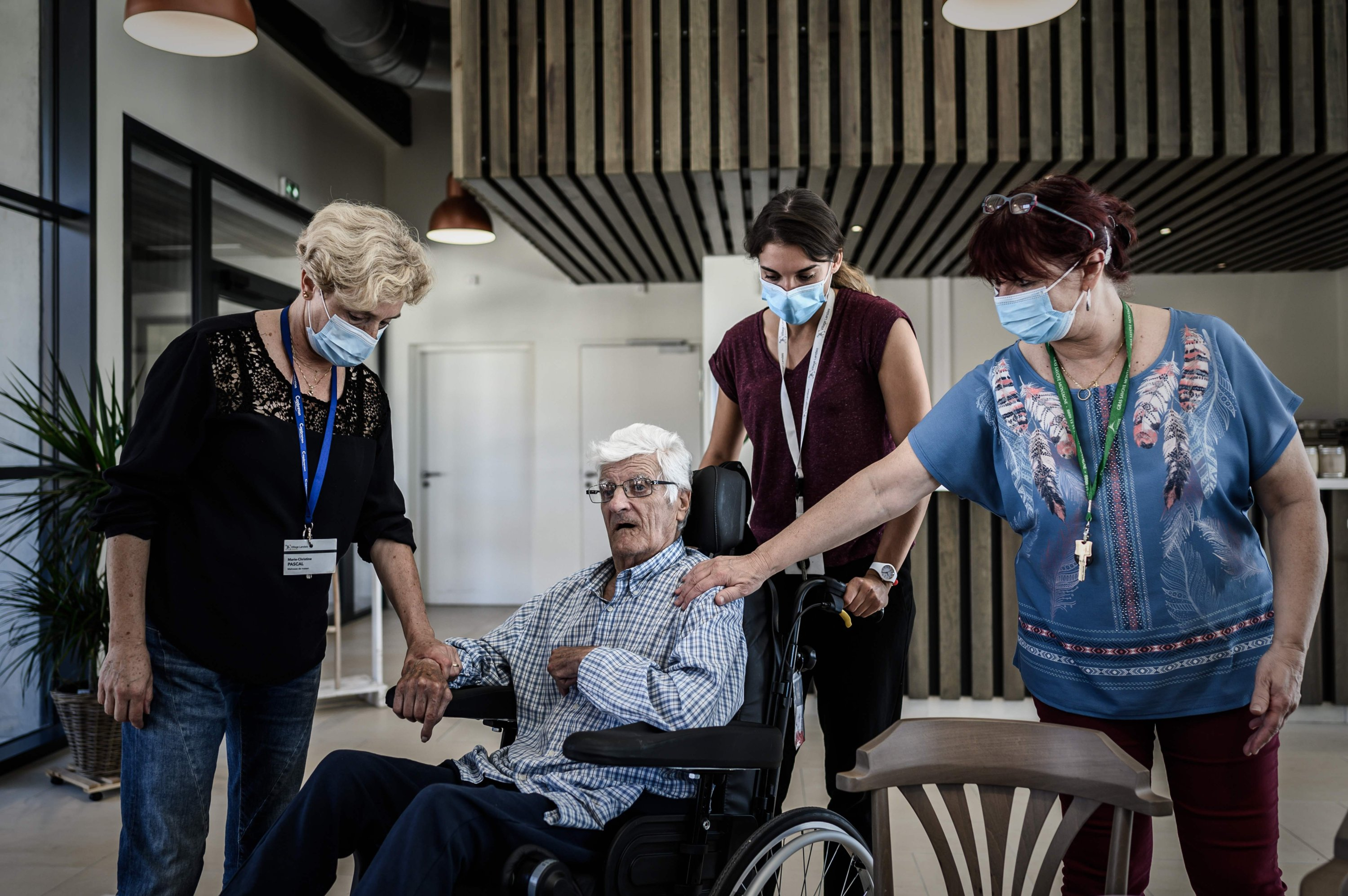 An Alzheimer's patient speaks with health care staff before lunch at the restaurant of the village Landais Alzheimer site for Alzheimer's patients in Dax, southwestern France, Sept. 9, 2020. (AFP Photo)