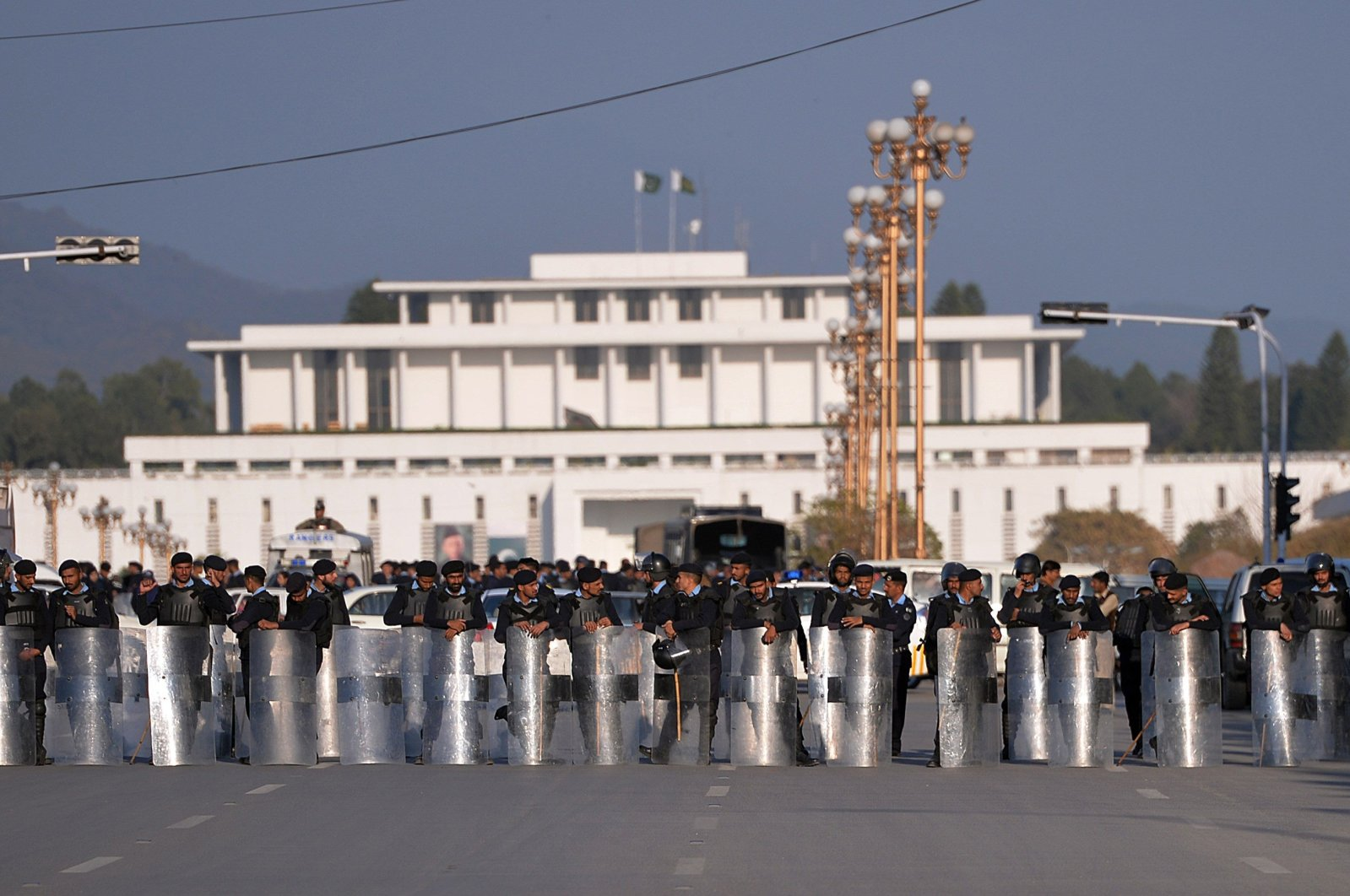 Pakistani police block a street leading to president house during protest rally in Islamabad, Jan. 8, 2016. (AFP Photo)