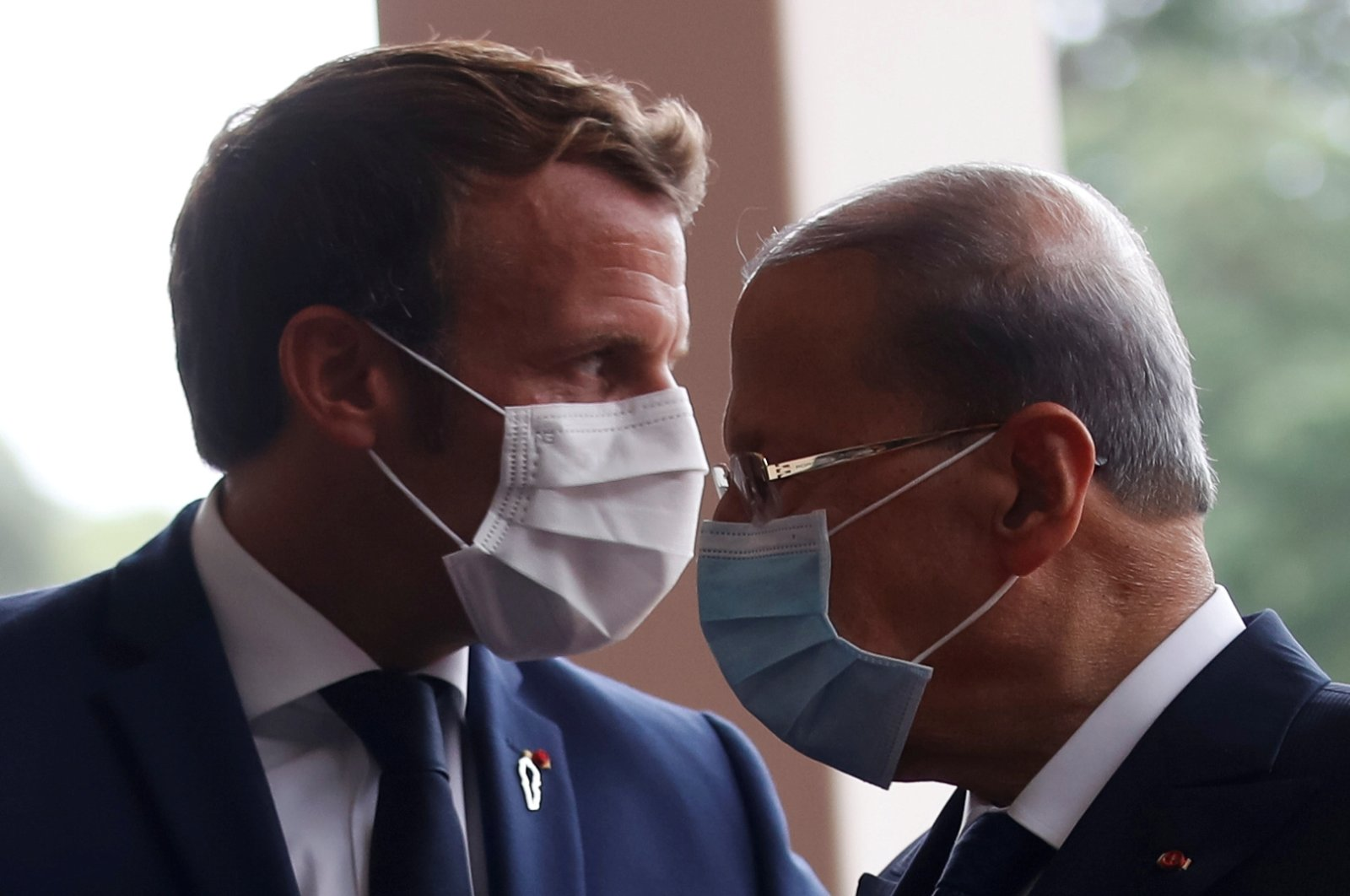 French President Emmanuel Macron (L) and Lebanon's President Michel Aoun wear face masks as they arrive to attend a meeting at the presidential palace, Baabda, Sept. 1, 2020. (REUTERS Photo)