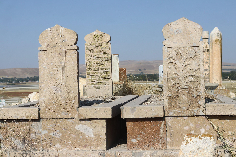 The graves of Turkish folk poet Ercişli Emrah and his beloved Selvihan at the Seljuk-Kara Koyunlu Cemetery, Van, eastern Turkey, Sept. 21, 2020. (AA PHOTO)