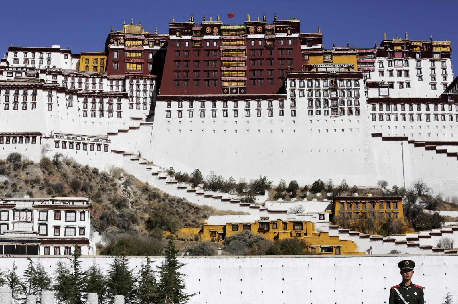 A paramilitary policeman stands guard in front of the Potala Palace in Lhasa, Tibet Autonomous Region, China, Nov. 17, 2015. (Reuters Photo)