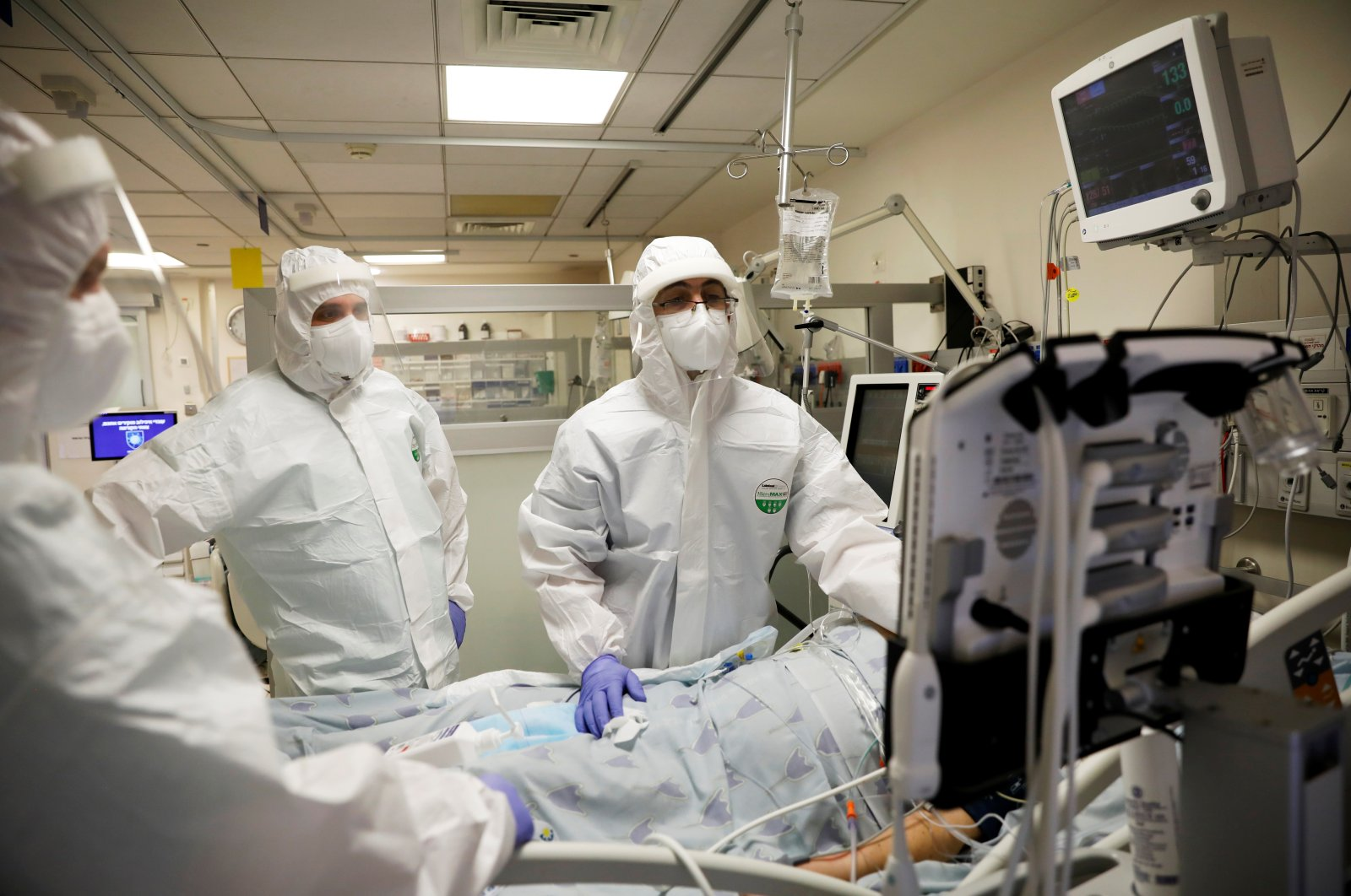 Hospital staff provides medical care for patients at a coronavirus ward amid a surge in new cases that has forced Israel into a second nationwide lockdown, at Tel Aviv Sourasky Medical Center (Ichilov), Tel Aviv, Israel, Sept. 21, 2020. (Reuters Photo)