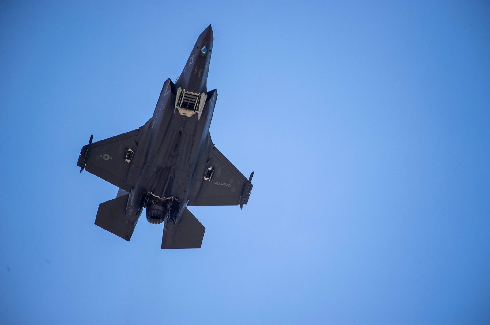 A F-35 fighter plane flies over the White House in Washington, June 12, 2019. (AFP Photo)