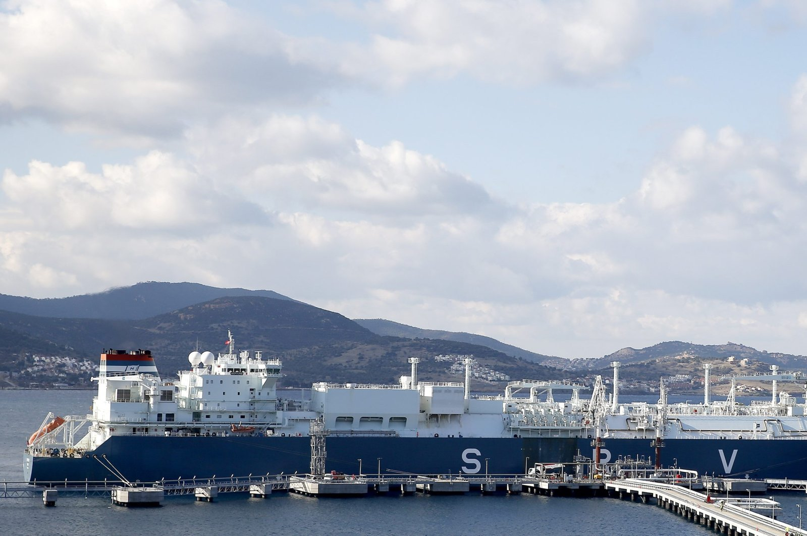 GDF Suez Neptune, a floating storage regasification facility (FSRU) that is among Turkey's LNG investments made in recent years, seen docked in the Aliağa district of western Izmir province, Turkey, Dec. 15, 2016. (AA Photo)