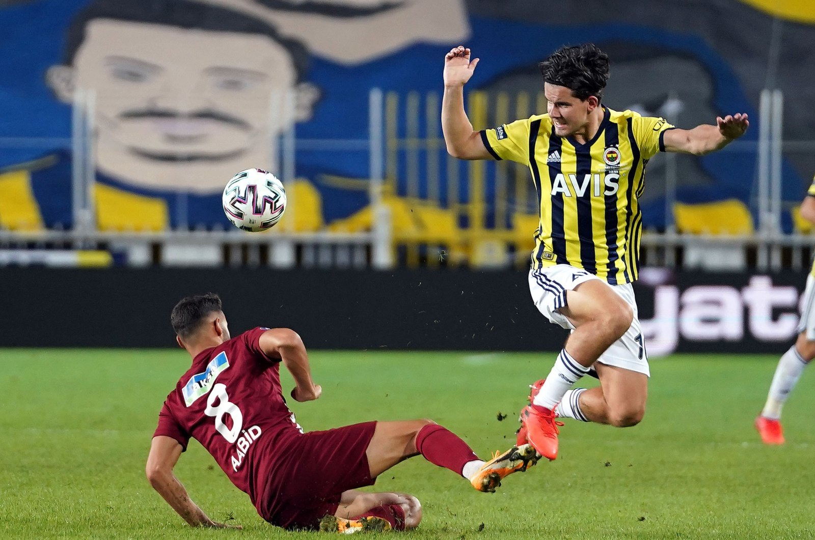 Fenerbahçe's Selim Ilgaz (R) and Hatayspor's Rayane Aabid compete for the ball during a Süper Lig match in Istanbul, Turkey, Sept. 21, 2020. (IHA Photo)