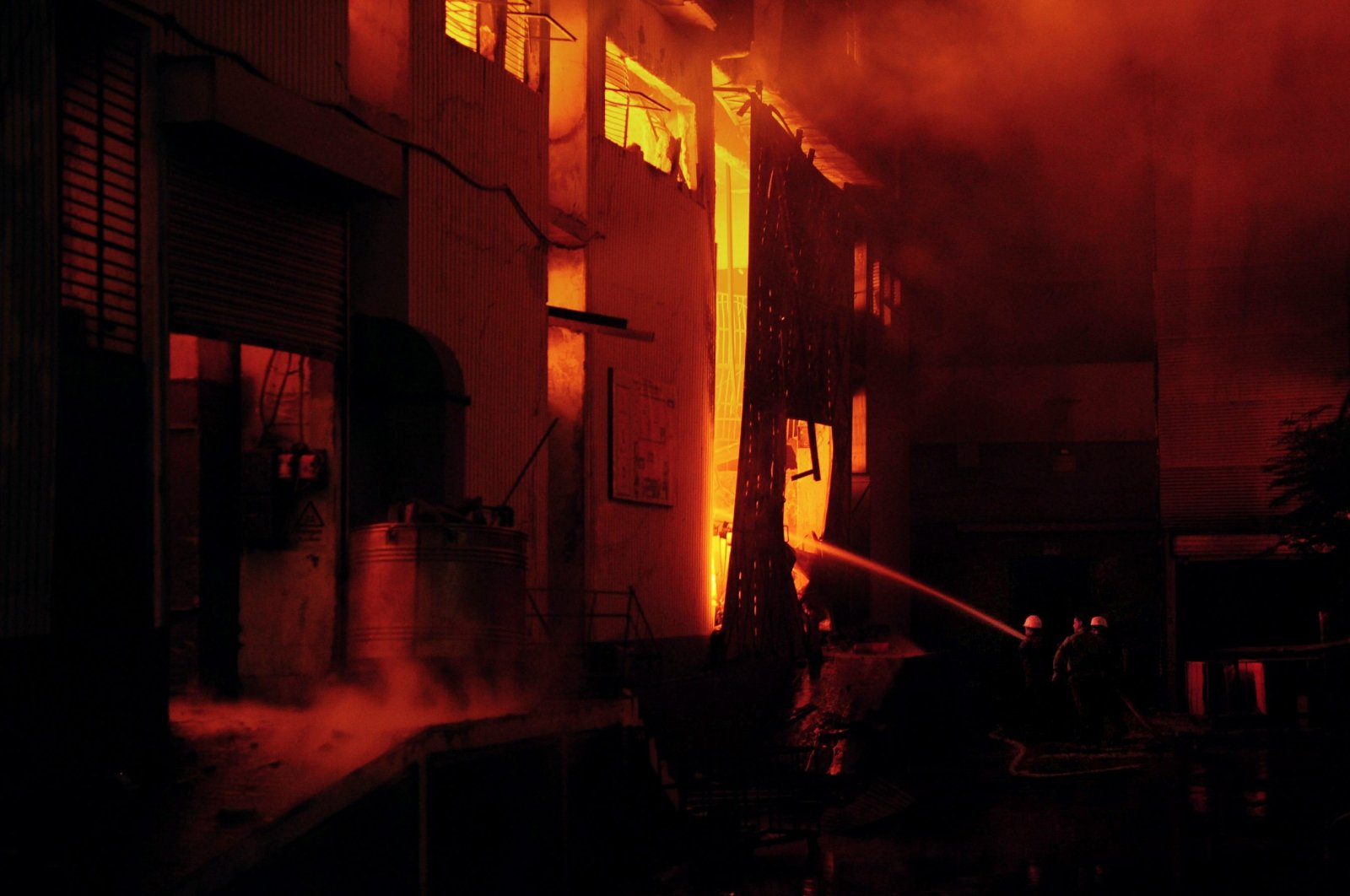 Pakistani firefighters extinguish a fire that erupted in a garment factory in Karachi, Pakistan, on Sept. 11, 2012. (AFP Photo)