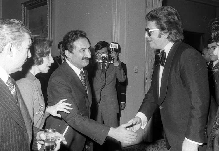Then-Prime Minister Bülent Ecevit (L) shakes hands with Zeki Müren at a reception held for journalists and artists on Feb. 14, 1978, at Çankaya Mansion, Ankara, Turkey. (AA PHOTO)