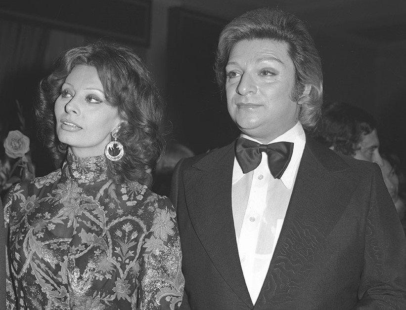 Italian actress Sophie Loren (L) and Zeki Müren at a reception held in Loren's honor in Turkey, April 26, 1974. (AA PHOTO)