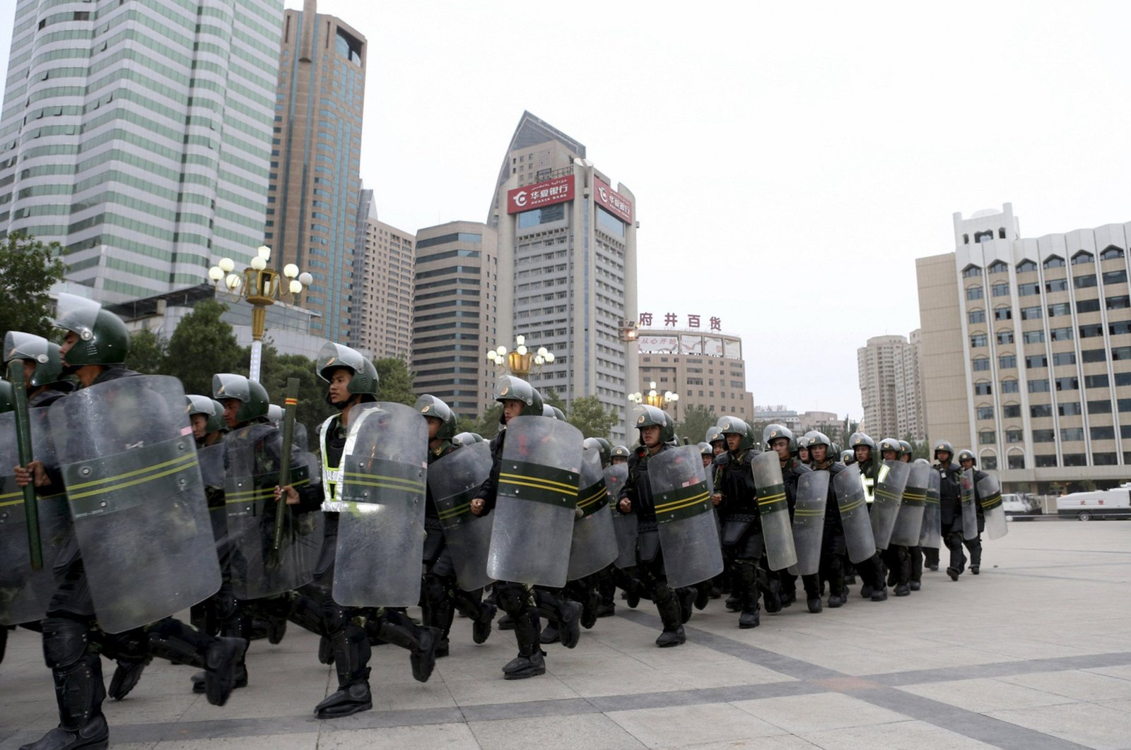 Armed paramilitary policemen run in formation during a gathering to mobilize security operations in Urumqi, Xinjiang Uighur Autonomous Region, June 29, 2013. (Reuters Photo)