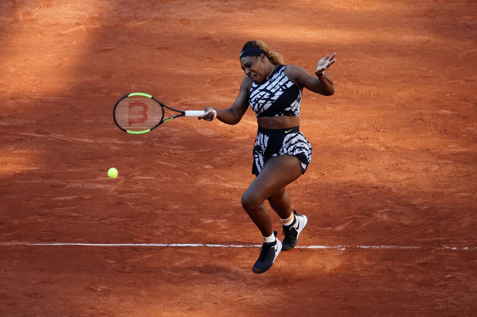Serena Williams plays a shot against Sofia Kenin during a French Open tennis match in Paris, France, June 1, 2019. (AP Photo)