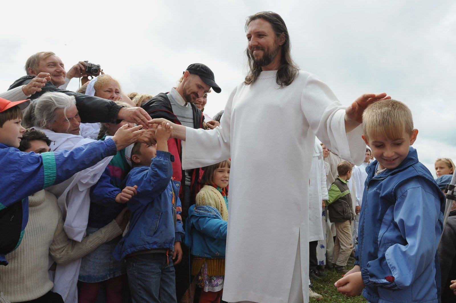 "In this Aug. 28, 2009 file photo, ""Vissarion the Teacher,"" or ""Jesus of Siberia,"" Russian ex-traffic cop Sergei Torop meets with his followers in the remote village of Petropavlovka. (AFP Photo)"