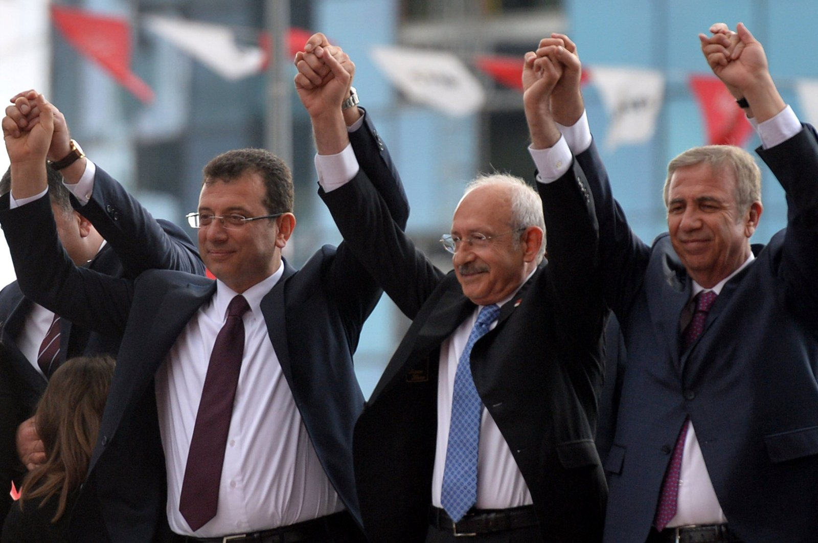 CHP Chairman Kemal Kılıçdaroğlu (C) with Istanbul Metropolitan Mayor Ekrem Imamoğlu (L) and Ankara Metropolitan Mayor Mansur Yavaş (R) in front of the CHP Headquarters in Ankara on April 2, 2019. (Sabah File Photo)