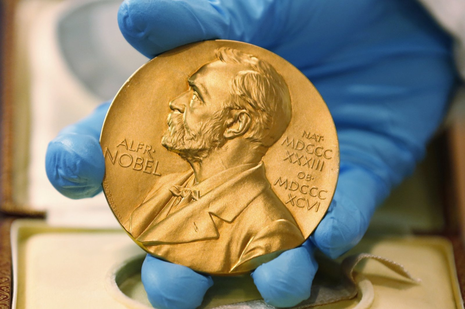 A national library employee shows the gold Nobel Prize medal awarded to the late novelist Gabriel Garcia Marquez, in Bogota, Colombia, April 17, 2015. (AP Photo)