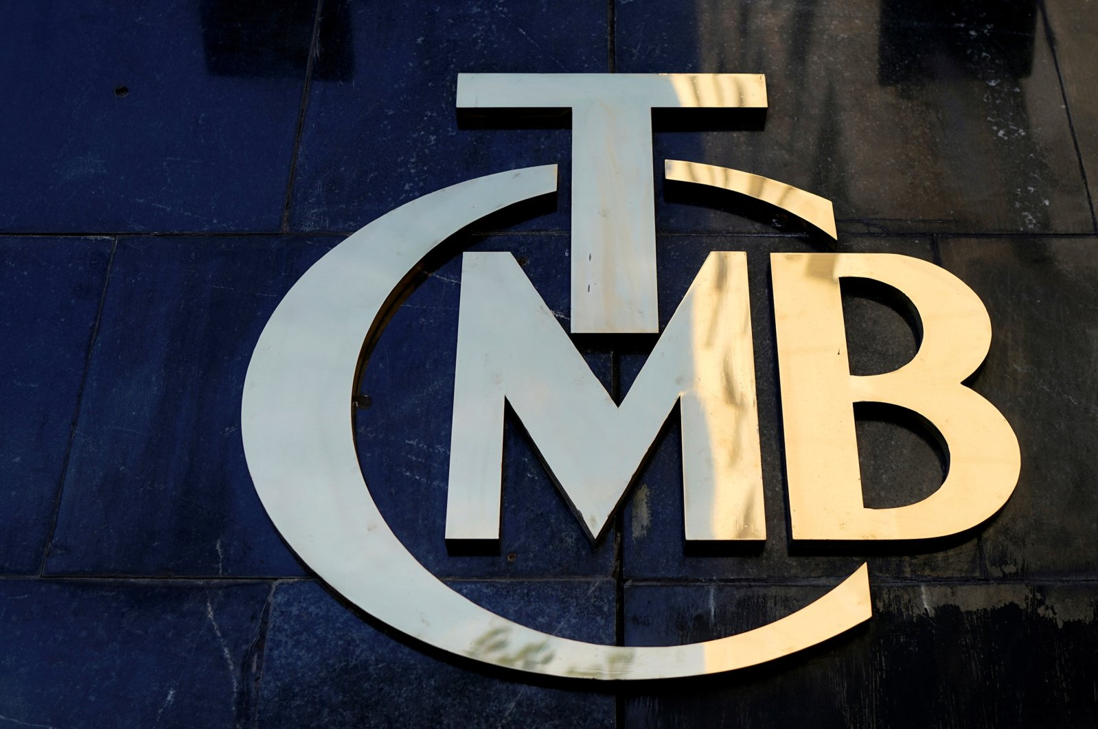 The logo of the Central Bank of the Republic of Turkey (CBRT) is pictured at the entrance of the bank's headquarters in Ankara, Turkey, April 19, 2015. (Reuters Photo)