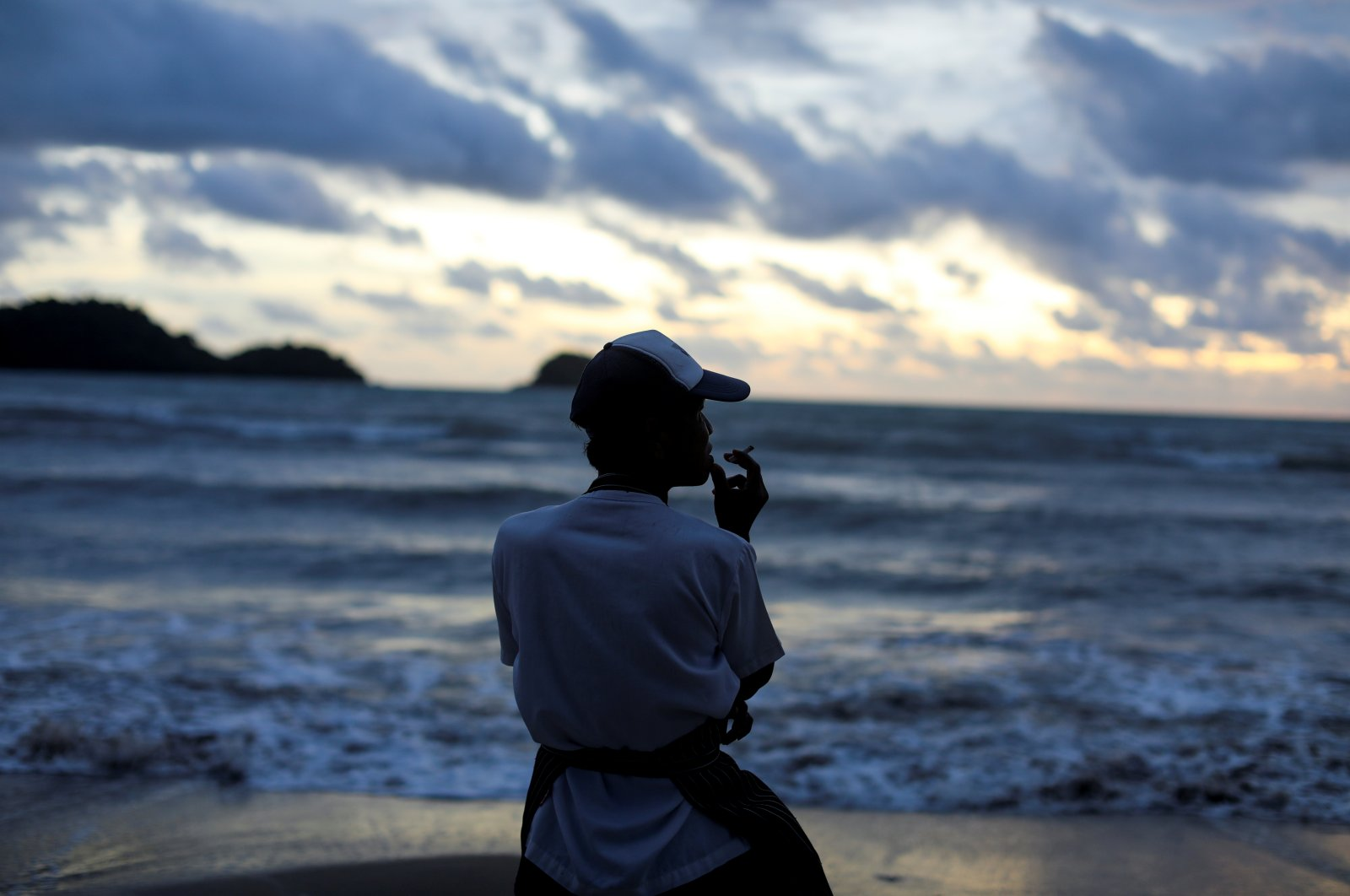 A chef stands on an empty beach as he waits for the costumers at Koh Chang island in Thailand July 31, 2020. (Reuters Photo)