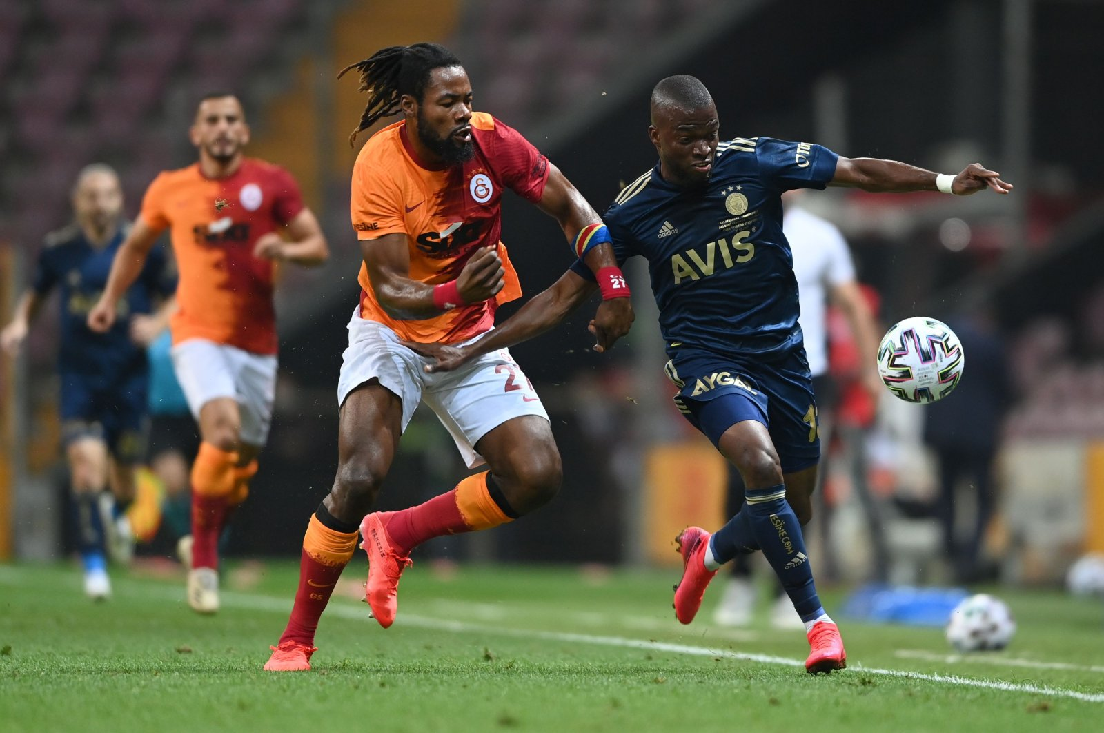 Fenerbahçe's Ecuadorian forward Enner Valencia (R) vies for the ball with Galatasaray's Congoloses defender Christian Luyindama during the Turkish Süper Lig football match between Galatasaray and Fenerbahçe at the Ali Sami Yen stadium in Istanbul on Sept. 27, 2020. (AFP Photo)