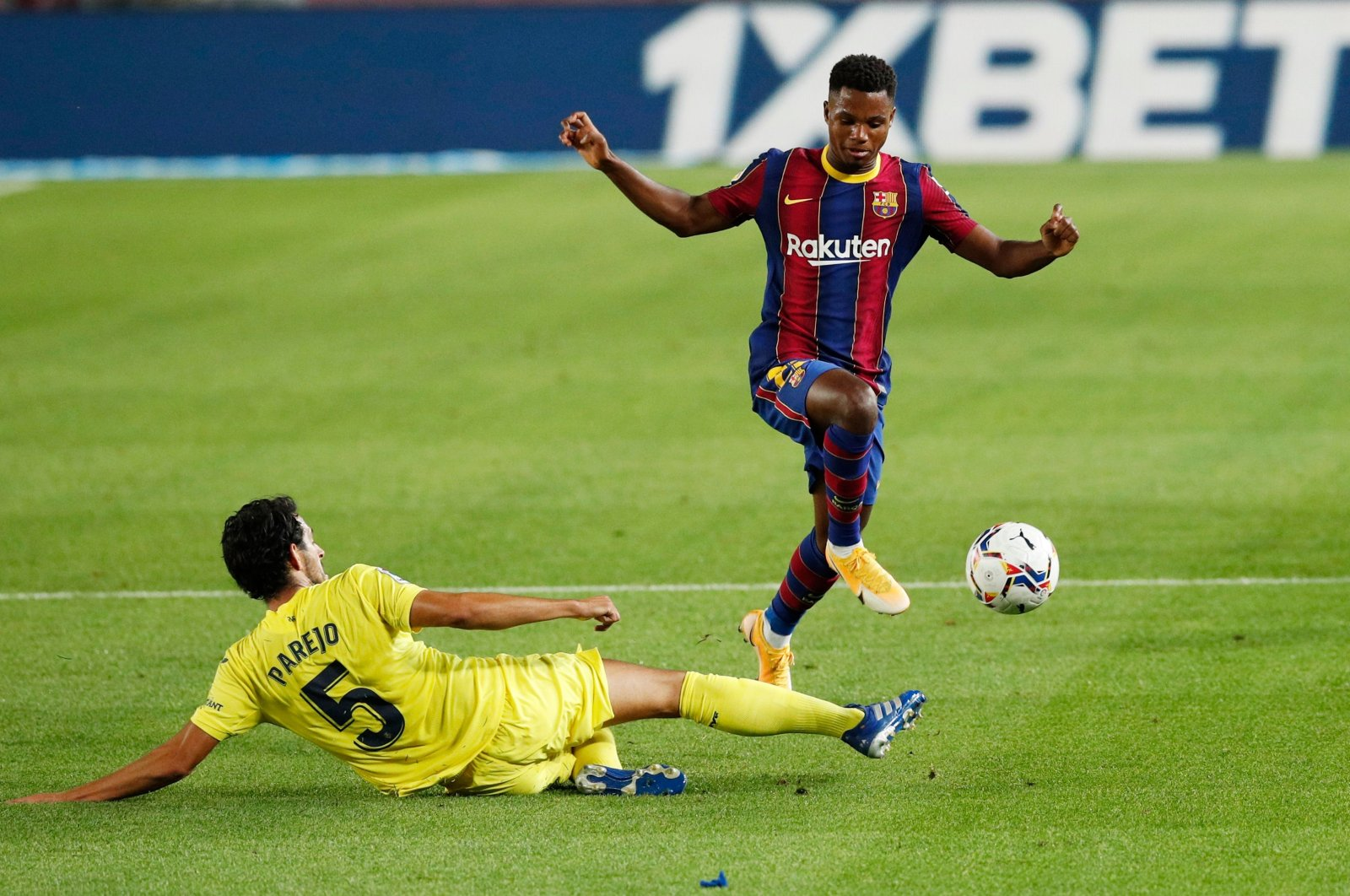 Villarreal's Dani Parejo (L ) in action with Barcelona's Ansu Fati (R), in Barcelona, Spain, Sept. 27, 2020. (REUTERS Photo)